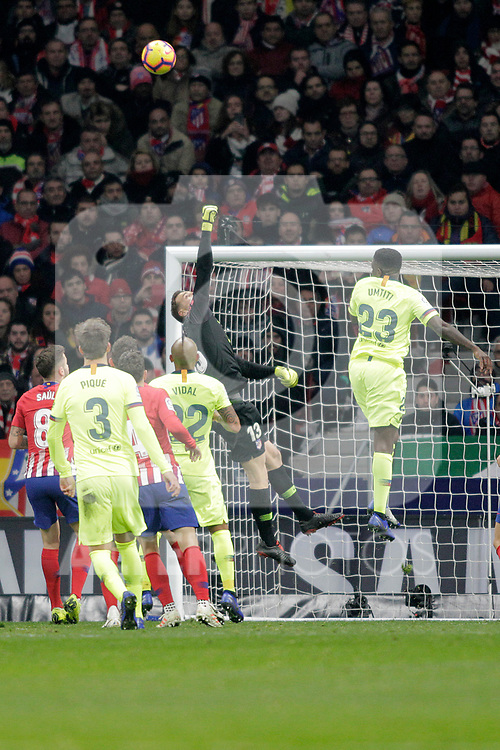 (L to R) Club Atletico de Madrid's Saul Niguez, Santiago Arias, Jan Oblack and Futbol Club Barcelona's Gerard Pique, Arturo Vidal and Samuel Umtiti  during La Liga match. November 24,2018. (ALTERPHOTOS/Alconada)