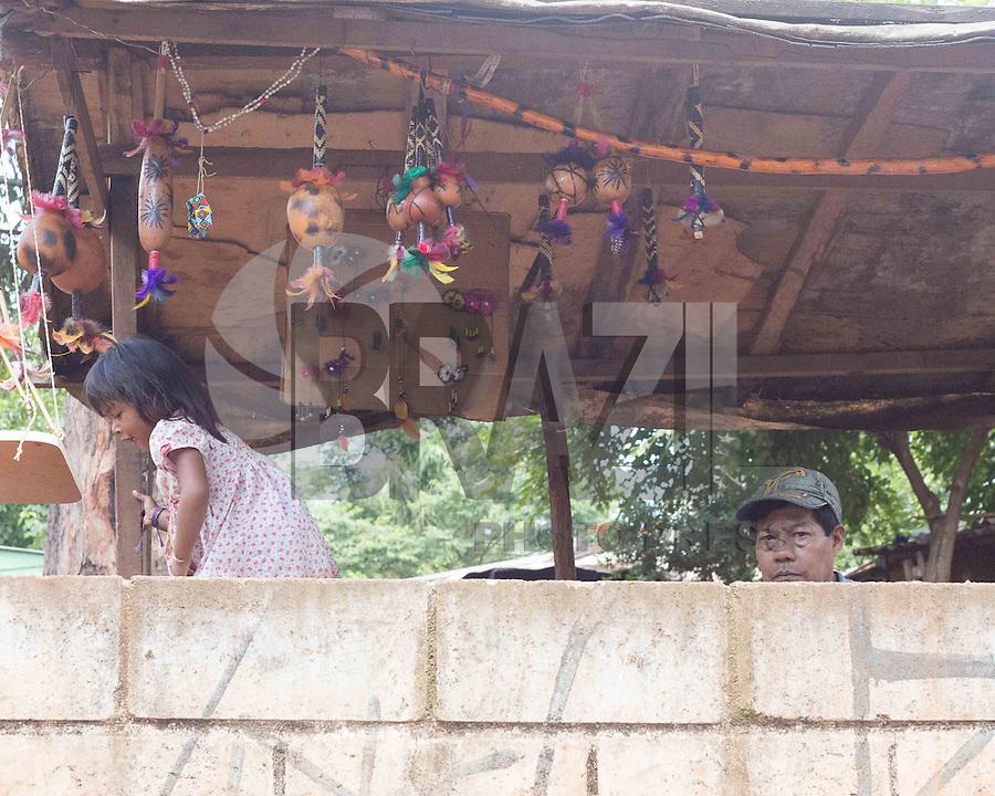 SAO PAULO, SP, 09.11.2013. ANIMAIS ABANDONADOS NA ALDEIA GUARANI TEKOA PYAU.  Crianças indígenas vivem em situação de extrema pobreza na aldeia guarani Tekoa Pyau . Os índios e os animais abandonados  vivem em situação de  sobrevivem graças a doações e ajudas. Cerca de 160 famílias, aproximadamente 800 índios vivem na Aldeia que fica localizada na entrada do Pico do Jaraguá, zona oeste da capital paulista. . (Foto:Adriana Spaca/Brazil Photo Press)