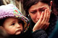 BLACE / CONFINE KOSOVO - MACEDONIA - 31 MARZO 1999.DOPO L'INIZIO DEI BOMBARDAMENTI DELLA NATO LA REPRESSIONE DELLE FORZE SERBE SULLA POPOLAZIONE KOSOVARA SI FA ANCORA PIU' FORTE. LE OPERAZIONI DI PULIZIA ETNICA SI EFFETTUANO ANCHE SU LARGA SCALA CON L'USO DI TRENI CHE PORTANO MIGLIAIA DI KOSOVARI AL CONFINE MACEDONE. E' UNA CATASTROFE UMANITARIA CHE TROVA IMPREPARATE LE AGENZIE UMANITARIE. GLI SFOLLATI VERRANNO AMMASSATI PER GIORNI NELLA TERRA DI NESSUNO TRA FANGO E CAMPI MINATI..FOTO LIVIO SENIGALLIESI..BLACE / KOSOVO - MAKEDONIA BORDER MARCH 1999.AFTER THE BEGINNING OF NATO AIR STRIKES THE REPRESSION OF JUGOSLAV ARMY AGAINST ETHIC ALBANIANS GROWS UP. THOUSANDS OF IDP'S ARE DEPORTED TO THE BORDER BY TRAINS. THEY ARE BANDONED FOR DAYS IN THE NO MEN'S LAND WITHOUT HUMANITARIAN AIDS..PHOTO LIVIO SENIGALLIESI
