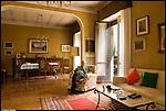 La Mole Antonelliana, a 150 anni dall'inizio dei lavori di costruzione, vista dall'interno delle case dei torinesi.