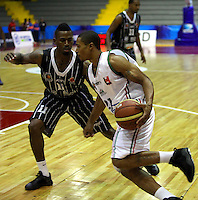 BOGOTA - COLOMBIA: 06-04-2013: Tyron Thomas (Izq.) Piratas de Bogotá, disputa el balón con Justin Garris (Der.), de Manizales Once Caldas abril 6 de 2013. Piratas y Manizales Once Caldas disputaron partido de la fecha 24 de la Liga Directv Profesional de baloncesto en partido jugado en el Coliseo El Salitre. (Foto: VizzorImage / Str.) Tyron Thomas (L), of Pirates from Bogota dispute the ball with Justin Garris (R) of Manizales Once Caldas, April 6, 2013. Piratas and Manizales Once Caldas disputed a match for the 24 date of the League of Professional Directv basketball game at the Coliseo El Salitre. (Photo. VizzorImage / Str.)..