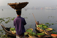 BANGLADESH Dhaka, Buriganga River, boats transport vegetables from village to city / BANGLADESCH Dhaka, Boote auf dem Buriganga Fluss transportieren Gemuese