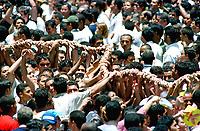 Promesseiros carregam a corda em pagamento as promessas feitas a Nossa Senhora de Nazaré no decorrer da procissão que ocorre a mais de 200 anos em Belém. As estimativas são de mais de 1.500.000 pessoas acompanhem à procissão.<br />Belém-Pará-Brasil<br />08/10/2000 <br />©Foto: Paulo Santos/Interfoto.