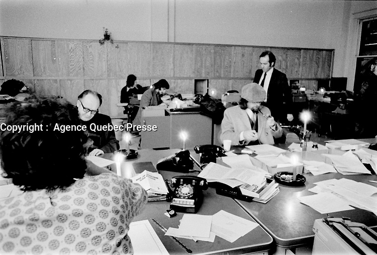 la redaction du DEVOIR durant une Panne de courant, 22 fevrier 1973<br /> <br /> PHOTO :   Agence Quebec Presse - Alain Renaud