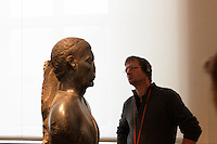 Germania Berlino 2007  museo di antichità Turista osserva una statua