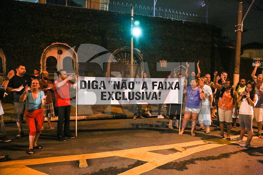 SAO PAULO, SP, 07.04.2014 - PROTESTO / FAIXA ONIBUS - Moradores e comerciantes do bairro do Cambuci, região centro-sul da capital paulista, colocam fogo em pneus e objetos na avenida Lins de Vasconcelos esquina com a Lacerda Franco, durante o fim da tarde desta segunda-feira (7), em protesto contra a implantação de uma faixa exclusiva de ônibus no local. Os comerciantes afirmam que a faixa e desnecessária e alegam que as vendas na região sofreram queda de ate 70%, pela falta de vagas para estacionamento de veículos. (Foto: William Volcov / Brazil Photo Press).