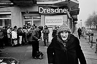 BERLINO / GERMANIA - 10 NOVEMBRE 1989.CITTADINI DI BERLINO EST IN FILA DAVANTI AD UNA BANCA PER RITIRARE 100 DM CHE LE AUTORITA' DI BERLINO OVEST DAVANO IN REGALO AI CITTADINI DELLA DDR IN OCCASIONE DELLA PRIMA VISITA ALL'OVEST..FOTO LIVIO SENIGALLIESI..BERLIN / GERMANY - 10 NOVEMBER 1989.CITIZENS COMING FROM EAST BERLIN CROSSING THE CHECKPOINTS TO VISIT THE WEST PART OF THE TOWN. ALL THE PEOPLE WENT TO THE CLOSER BANK TO GET 100 DM AS A GIFT FROM THE WESTERN PART AUTHORITIES TO ALL DDR CITIZENS COMING FOR THE FIRST TIME IN THE WEST SIDE..PHOTO BY LIVIO SENIGALLIESI