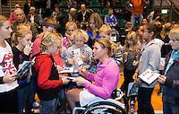 17-12-11, Netherlands, Rotterdam, Topsportcentrum, Ester Vergeer deelt handtekeningen uit