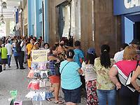 Recife (PE), 06/04/2021 - No primeiro dia do pagamento o auxílio emergêncial  filas e aglomerações na Caixa Econômica no centro do Recife. Ruas próximas as agências tem movimentação de pessoas em busca do auxílio.