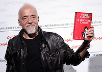 """Lo scrittore brasiliano Paulo Coelho mostra una copia del suo ultimo romanzo """"Il vincitore e' solo"""" durante un photocall per la presentazione del lungometraggio """"Paulo Coelho's The experimental witch"""", basato sul suo romanzo """"La strega di Portobello"""" al Festival Internazionale del Film di Roma, 20 ottobre 2009..Brazilian author Paulo Coelho shows a copy of his last book """"O Vencedor esta So"""" (""""The Winner Stands Alone"""") during a photocall for the presentation of the movie """"Paulo Coelho's The experimental witch"""", based on his novel """"The witch of Portobello"""" (""""A bruxa de Portobello"""") at Rome Film Festival, in Rome, 20 october 2009..UPDATE IMAGES PRESS/Riccardo De Luca"""