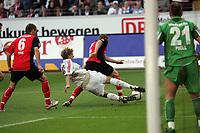 Patrick Ochs (Eintracht Frankfurt) nimmt Stefan Kießling (Bayer Leverkusen) im eigenen Strafraum den Ball ab