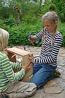 Kinder basteln sich einen Apfeltrockner, Mädchen nagelt Seitenteile zusammen, Apfel, Äpfel, Äpfel trocknen, Trockenobst, Apfelringe, apple, apples