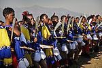 Jeunes filles dansant lors de la fête des roseaux. avec ses 15 épouse dont la dernière n'a que 19 ans, le roi Mswati III a plus d'une trentaine d'enfants.