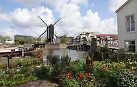 Nederland - Leiden - 2021. Rembrandtplein ofwel Rembrandtplaats. Uitzicht op de Rijn en de Rembrandtbrug. Molen de Put.  Foto ANP / Hollandse Hoogte / Berlinda van Dam