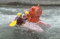 """Best of Pappbootrennen 2013 im Kanupark Markkleeberg anlässlich des Wasserfest 2013 - Team """"KiTa Buntspecht"""" mit ihrem """"Cat""""amaran . Foto: Norman Rembarz"""