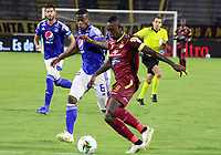 IBAGUE - COLOMBIA, 06-10-2020: Juan Fernando Caicedo del Tolima disputa el balón con Andres Felipe Roman de Millonarios durante partido entre Deportes Tolima y Millonarios por la fecha 12 de la Liga BetPlay DIMAYOR 2020 jugado en el estadio Manuel Murillo Toro de la ciudad de Ibagué. / Juan Fernando Caicedo of Tolima vies for the ball with Andres Felipe Roman of Millonarios during match between Deportes Tolima and Millonarios for the date 12 as part BetPlay DIMAYOR League 2020 played at Manuel Murillo Toro stadium in Ibague city.  Photo: VizzorImage / Juan Torres / Cont