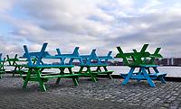 Nederland  Amsterdam  2020.  Het IJ. Horeca in Amsterdam Noord. De tafels op het terras zijn opgestapeld.    Foto : ANP/ HH / Berlinda van Dam