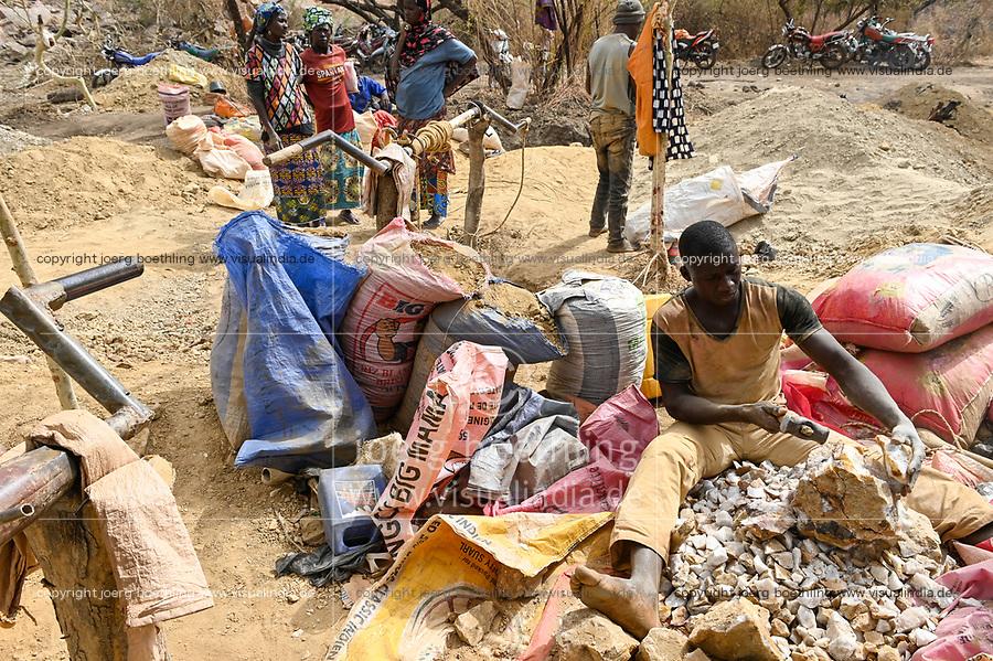 MALI, Kayes, Sadiola, artisanal gold mining at Camp SIRIMANA , stone crasher / Klein-Goldbergbau