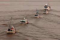 Barcos pesqueiros atravessam a baia de Marajó.<br /> Marajó, Pará, Brasil.<br /> 06/05/2006<br /> Foto Paulo Santos/Interfoto