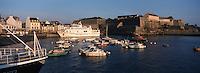 Europe/France/Bretagne/56/Morbilhan/Belle-Ile: 56 Morbilhan/Belle-Ile/Le Palais: le port, la citadelle Vauban et le bateau pour le continent
