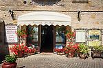 Italien, Marken, Fiorenzuola di Focara: Restaurant im Ortszentrum | Italy, Marche, Fiorenzuola di Focara: restaurant at village centre
