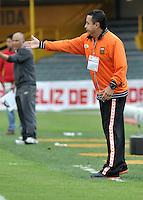 BOGOTA - COLOMBIA-27-04-2013: Juan C Sanchez, técnico del Envigado F.C., da instrucciones a los jugadores durante partido en el estadio Nemesio Camacho El Campin de la ciudad de Bogota, abril 27 de 2013. Independiente Santa Fe y Envigado F.C. durante partido por la decimotercera fecha de la Liga Postobon I. (Foto: VizzorImage / Luis Ramirez / Staff).  Juan C Sanchez, coach of Envigado F.C. gives instructions to the players during game in the Nemesio Camacho El Campin stadium in Bogota City, April 27, 2013. Independiente Santa Fe and Envigado F.C. in a match for the thirteenth round of the Postobon League I. (Photo: VizzorImage / Luis Ramirez / Staff).