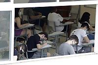 Campinas (SP), 06/01/2021 - Vestibular/Unicamp - Estudantes fazem a prova na PUC Campinas. A Unicamp inicia a 1ª fase do vestibular 2021, nesta quarta-feira (6), com aplicacao de provas para os 34.024 candidatos inscritos em cursos das areas de ciencias exatas/tecnologicas e ciencias humanas/artes. O total de inscritos foi de 77,6 mil, incluindo recorde de estudantes oriundos da rede publica. A orientacao e para que estudantes com suspeita de Covid-19 nao saiam de casa para fazer a prova. Ja participantes devem usar mascaras, levar alcool em gel e manter espacamento entre si de ao menos 1,5 metro, dentro e fora das salas. (Foto: Denny Cesare/Codigo 19/Codigo 19)