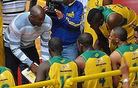 BOGOTÁ -COLOMBIA. 08-06-2014. Abimael Palacios entrenador de Cimarrones del Chocó da instrucciones durante el quinto partido con Guerreros de Bogotá por los playoffs finales de la  Liga DirecTV de Baloncesto 2014-I de Colombia realizado en el coliseo El Salitre de Bogotá./ Abimael Palacios coach of Cimarrones del Choco gives directions during the 5th game against Guerreros de Bogota for the playoffs semifinals of the DirecTV Basketball League 2014-I in Colombia played at El Salitre coliseum in Bogota. Photo: VizzorImage/ Gabriel Aponte / Staff