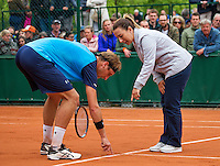 Paris, France, 24 June, 2016, Tennis, Roland Garros,  Thiemo de Bakker (NED) discusses a linecall with the chair umpire<br /> Photo: Henk Koster/tennisimages.com