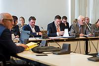 Sondersitzung Innenausschuss des Berliner Abgeordnetenhauses am Montag den 17. September 2018.<br /> Die Oppositionsfraktionen CDU und FDP hatten die Sitzung beantragt, da sie die Ernennung der frueheren Polizei-Vizepraesidentin Margarete Koppers zur Generalstaatsanwaeltin scharf kritisieren. Dem InnensenatorAndreas Geisel (SPD) wird vorgeworfen, ein Disziplinarverfahren gegen die fruehere Polizei-Vizepraesidentin unterbunden zu haben. Gegen Koppers laufen Ermittlungen Wegen der vergifteten Polizei-Schiessstaende. Ihr wird vorgeworfen, als Polizei-Vizepraesidentin zu wenig gegen die schadstoffbelasteten Schiessstaende getan zu haben. Erst Anfang September starb ein Schiesstrainer.<br /> Im Bild vlnr.: Staatssekretaer der Senatsinnenverwaltung Torsten Akmann; Innensenator Andreas Geisel; Peter Trapp, Ausschussvorsitzender.<br /> 17.9.2018, Berlin<br /> Copyright: Christian-Ditsch.de<br /> [Inhaltsveraendernde Manipulation des Fotos nur nach ausdruecklicher Genehmigung des Fotografen. Vereinbarungen ueber Abtretung von Persoenlichkeitsrechten/Model Release der abgebildeten Person/Personen liegen nicht vor. NO MODEL RELEASE! Nur fuer Redaktionelle Zwecke. Don't publish without copyright Christian-Ditsch.de, Veroeffentlichung nur mit Fotografennennung, sowie gegen Honorar, MwSt. und Beleg. Konto: I N G - D i B a, IBAN DE58500105175400192269, BIC INGDDEFFXXX, Kontakt: post@christian-ditsch.de<br /> Bei der Bearbeitung der Dateiinformationen darf die Urheberkennzeichnung in den EXIF- und  IPTC-Daten nicht entfernt werden, diese sind in digitalen Medien nach §95c UrhG rechtlich geschuetzt. Der Urhebervermerk wird gemaess §13 UrhG verlangt.]