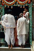 Gläubige vor Tempel in Bombay (Mumbai), Maharashtra, Indien