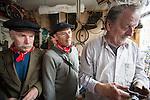 De deelnemers kijken hun ogen uit in de fietsenhandel van Victor (rechts). Bij Utrecht wordt de tandemtocht gehouden. De tocht werd van 1975 tot 1982 jaarlijks gehouden en was in die tijd een groots succes. Organisator Herbert Kuner, een expert in oude fietsen, wil het nu nieuw leven inblazen. In totaal rijden dit jaar vijftien tandems mee. Tijdens de route van 40km rondom Utrecht hoeven de fietsers slechts zes verkeerslichten te passeren.<br /> <br /> In Utrecht, the tandem tour is held. The tour was held annually from 1975 to 1982 and at that time was a grand success. Organizer Herbert Kuner, an expert in old bikes, wants to restart the tradition. In total this season, with fifteen tandems. During the route of 40km around and Utrecht cyclists passing only six traffic lights.