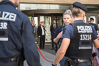Protest gegen die Jahreshauptversammlung des Ruestungskonzern Rheinmetall am Dienstag den 8. Mai 2018 in Berlin.<br /> Verschiedene Friedensgruppen und die Linkspartei haben zu dem Protest aufgerufen.<br /> Im Bild: Teilnehmer der Jahreshauptversammlung beobachten die Festnahme von Demonstranten vor der Jahreshauptversammlung. Die Demonstranten hatten Transparent entrollt. Sie wurden von der Polizei festgenommen.<br /> 8.5.2018, Berlin<br /> Copyright: Christian-Ditsch.de<br /> [Inhaltsveraendernde Manipulation des Fotos nur nach ausdruecklicher Genehmigung des Fotografen. Vereinbarungen ueber Abtretung von Persoenlichkeitsrechten/Model Release der abgebildeten Person/Personen liegen nicht vor. NO MODEL RELEASE! Nur fuer Redaktionelle Zwecke. Don't publish without copyright Christian-Ditsch.de, Veroeffentlichung nur mit Fotografennennung, sowie gegen Honorar, MwSt. und Beleg. Konto: I N G - D i B a, IBAN DE58500105175400192269, BIC INGDDEFFXXX, Kontakt: post@christian-ditsch.de<br /> Bei der Bearbeitung der Dateiinformationen darf die Urheberkennzeichnung in den EXIF- und  IPTC-Daten nicht entfernt werden, diese sind in digitalen Medien nach §95c UrhG rechtlich geschuetzt. Der Urhebervermerk wird gemaess §13 UrhG verlangt.]