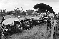 -  incidente ad un autocarro sulla strada statale Aurelia in provincia di Grosseto, estate 1975<br /> <br /> - accident to a truck on the Aurelia road in the province of Grosseto, summer 1975