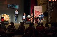 Veranstaltung der Reihe GehtAuchAnders mit einer Diskussion zur Berliner Abgeordnetenhauswahl 2016 im Heimathafen Neukoelln.<br /> Die Initiative hatte sechs Kandidaten der wahrscheinlich in der kommenden Legislaturperiode im Abgeordnetenhaus vertretenen Parteien zu einer Diskussion eingeladen. Die Kandidaten mussten sich in einer ersten Runde anonym Fragen von stadtpolitischen Gruppen stellen. Im Anschluss gab es eine Podiumsdiskussion zu stadtpolitischen Themen, bei der die Kandidaten fuer das Publikum sichtbar waren.<br /> Als Diskutanten nahmen teil: Dr. Matthias Kollatz-Ahnen, (SPD) Finanzsenator; Christian Goiny, MdA (CDU), medienpolitischer Sprecher Katrin Lompscher; MdA (Linkspartei), stellv. Fraktionsvorsitzende und Sprecherin fuer Stadtentwicklung, Bauen und Wohnen; Antje Kapek, MdA (Buendnis 90/Die Gruenen), Fraktionsvorsitzende und Spitzenkandidatin;  Bernd Schloemer (FDP), Spitzenkandidat Friedrichshain-Kreuzberg und ehem. Vorsitzender Piratenpartei; Karsten Woldeit (AfD), Platz 2 der Landesliste und Direktkandidat in Lichtenberg. Moderiert wurde die Veranstaltung von P.R. Kantate (Musiker) und Jakob Preuss (Filmemacher).<br /> Die Veranstaltung wurde von lautstarken Protesten ausserhalb und innerhalb des Veranstaltungssaal begleitet. Zwischen Anhaengern der rassistischen AfD und AfD-Gegnern kam es zu Poebeleien und Beleidigungen. Ordner verwiesen mehrere Personen aus dem Veranstaltungssaal.<br /> Die Veranstalter von GehtAuchAnders, Kuenstler aus Berlin, veranstalten in unregelmaessigen Abstaenden Diskussionsabende zu politischen Themen.<br /> Im Bild vlnr.: Jakob Preuss, Moderator; Matthias Kollatz-Ahnen, (SPD) Finanzsenator; Antje Kapek, MdA (Buendnis 90/Die Gruenen); Karsten Woldeit, AfD-Kandidat und Wahlkampfleiter der Partei in Berlin.<br /> 13.9.2016, Berlin<br /> Copyright: Christian-Ditsch.de<br /> [Inhaltsveraendernde Manipulation des Fotos nur nach ausdruecklicher Genehmigung des Fotografen. Vereinbarungen ueber Abtretung von Persoenlichkeits