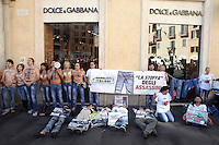 20121019 ROMA-CRONACA: PROTESTA DEGLI ANIMALISTI DAVANTI AD UN NEGOZIO DI DOLCE & GABBANA