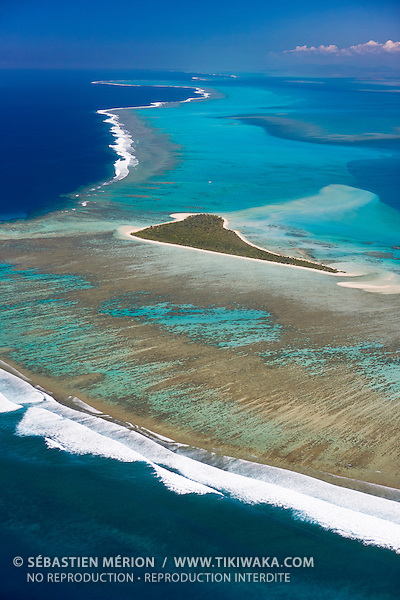 Ilot Ténia, spot de surf sur la barrière de corail du Grand Récif Extérieur, Passe de St-Vincent au large de Bouloupari, Nouvelle-Calédonie