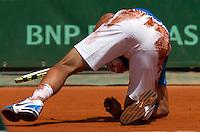 28-05-11, Tennis, France, Paris, Roland Garros , Nadal gaat tegen het gravel maar wint moeiteloos zijn partij