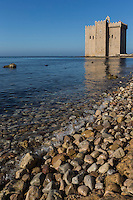 Europe/France/Provence-Alpes-Côte d'Azur/Alpes-Maritimes/Cannes: îIes de Lérins, île de Saint-Honorat/Abbaye de Saint Honorat: La forteresse de l'ile Saint-Honorat sur une presqu'île du sud de l'île  - Monastère fortifié de l'abbaye de Lérins // Europe/France/Provence-Alpes-Côte d'Azur/Alpes-Maritimes/Cannes:  Lerins island of Saint Honorat : Fortified monastery of Abbey Lérins.
