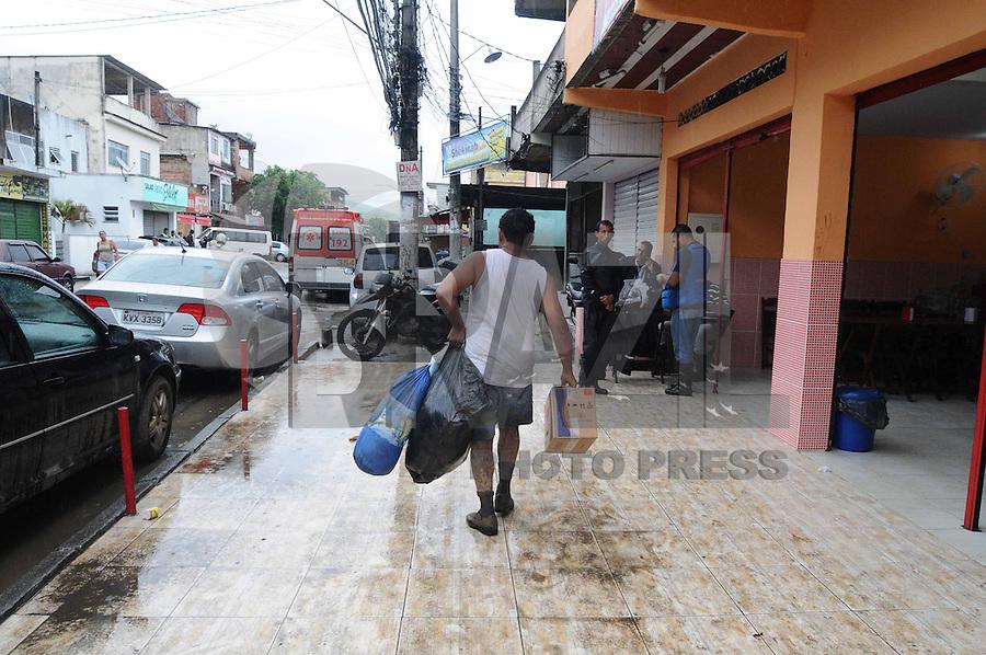 DUQUE DA CAXIAS, RJ, 04 DE JANEIRO 2013 - ENCHENTES XEREM - Mantimentos e roupas doados às vitimas das chuvas são recolhidos na Igreja Metodista do distrito de Xerém, em Duque de Caxias, na Baixada Fluminense, nesta sexta-feira. FOTO: ADRIANO LIMA - BRAZIL PHOTO PRESS.