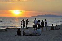 - Viareggio (Toscana), giovani sulla spiaggia al tramonto<br /> <br /> - Viareggio (Tuscany), young people on the beach at sunset