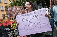 Israelis demonstrieren in Berlin  gegen Gaza-Krieg.<br /> Mehrere hundert Menschen folgtem einem Aufruf von Israelis und Juden die in Berlin leben zu einer Demonstration gegen den Krieg Israels gegen im Gaza-Streifen. An der Demonstration nahmen auch Menschen aus arabischen Laendern und Deutschland teil. Gemeinsam riefen sie Parolen gegen Israel, Antisemitismus, Antiislamismus und forderten ein sofortiges Ende des Krieges.<br /> Im Bild: Ein Demonstrant mit einem Schild auf dem er der deutschen Linken vorwirft mit ihrem Schweigen gegen Israel mitverantwortlich fuer das Toeten zu sein. Mehrere Sprechchoere warfen dies ebenfalls vor.<br /> 30.7.2014, Berlin<br /> Copyright: Christian-Ditsch.de<br /> [Inhaltsveraendernde Manipulation des Fotos nur nach ausdruecklicher Genehmigung des Fotografen. Vereinbarungen ueber Abtretung von Persoenlichkeitsrechten/Model Release der abgebildeten Person/Personen liegen nicht vor. NO MODEL RELEASE! Don't publish without copyright Christian-Ditsch.de, Veroeffentlichung nur mit Fotografennennung, sowie gegen Honorar, MwSt. und Beleg. Konto: I N G - D i B a, IBAN DE58500105175400192269, BIC INGDDEFFXXX, Kontakt: post@christian-ditsch.de<br /> Urhebervermerk wird gemaess Paragraph 13 UHG verlangt.]