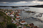 Sweden, Vaestra Goetaland County, Fjaellbacka: View over harbour and town from Vetteberget cliff | Schweden, Vaestra Goetalands laen, Fjaellbacka: vom Vetteberg aus gesehen