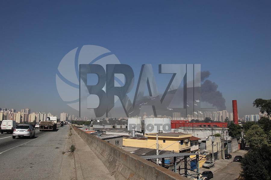 SAO PAULO, SP, 31/07/2013, INCENDIO ARMARIO FERNANDES. Novo incendio no armarinhos Fernandes nessa quarta-feira(31), dessa vez o fogo atingiu o deposito no segundo sub solo, que fica na Rua Clarck 136 no bairro da Mooca.  A fumaca pode ser vista da Rodovia Dutra. LUIZ GUARNIERI/BRAZIL PHOTO