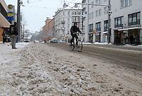 Nach ergiebigem Schneefall in den letzten Tagen sind die Leipziger Starßen noch  immer voll von Schnee. Die Beräumung dauert an. Beräumungszustand in Leipzig Schleußig - im Bild:   Könneritzstraße / Kreuzung Industriestraße (Haltestelle Straßenbahn - Straße beräumt, doch der Fahrbahnrand kann für Fahrgäste gefährlich werden.   Foto: Norman Rembarz..Norman Rembarz , Autorennummer 41043728 , Holbeinstr. 14, 04229 Leipzig, Tel.: 01794887569, Hypovereinsbank: BLZ: 86020086, KN: 357889472, St.Nr.: 231/261/06432 - Jegliche kommerzielle Nutzung ist honorar- und mehrwertsteuerpflichtig! Persönlichkeitsrechte sind zu wahren. Es wird keine Haftung übernommen bei Verletzung von Rechten Dritter. Autoren-Nennung gem. §13 UrhGes. wird verlangt. Weitergabe an Dritte nur nach  vorheriger Absprache..