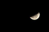 MOGI DAS CRUZES, SP, 05 DE MARÇO 2013 - LUA QUARTO MINGUANTE - Lua em quarto minguante é vista a partir da cidade de Mogi das Cruzes na madrugada desta terça-feira, 05. (FOTO: WARLEY LEITE / BRAZIL PHOTO PRESS).