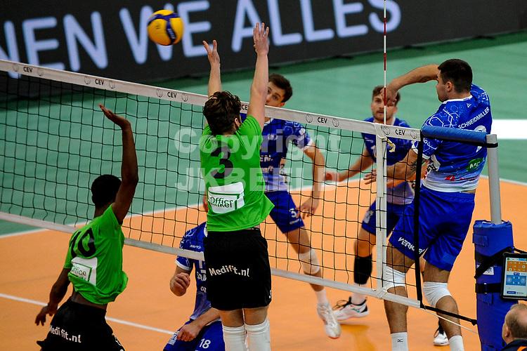 GRONINGEN - Volleybal, Lycurgus - SSS , Eredivisie, Martiniplaza, seizoen 2021-2022,  03-10-2021,  Lycurgus speler Joel Schneidmiller slaat de bal langs het blok