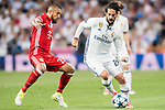 Arturo Vidal (L) of FC Bayern Munich fights for the ball with Isco Alarcon (R) of Real Madrid during their 2016-17 UEFA Champions League Quarter-finals second leg match between Real Madrid and FC Bayern Munich at the Estadio Santiago Bernabeu on 18 April 2017 in Madrid, Spain. Photo by Diego Gonzalez Souto / Power Sport Images