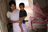 "Asien Suedasien Indien Jharkand , Adivasi Dorf  Dundwa , Tribe Santhal , Bereitstellung von Moskitonetze gegen Malaria - Millenniumsziele Armutsbekaempfung laendliche Entwicklung xagndaz | .South asia India Jharkhand , Dundwa village of Santhal tribe , mosquito net against Malaria - poverty reduction rural development .| [ copyright (c) Joerg Boethling / agenda , Veroeffentlichung nur gegen Honorar und Belegexemplar an / publication only with royalties and copy to:  agenda PG   Rothestr. 66   Germany D-22765 Hamburg   ph. ++49 40 391 907 14   e-mail: boethling@agenda-fototext.de   www.agenda-fototext.de   Bank: Hamburger Sparkasse  BLZ 200 505 50  Kto. 1281 120 178   IBAN: DE96 2005 0550 1281 1201 78   BIC: ""HASPDEHH"" ,  WEITERE MOTIVE ZU DIESEM THEMA SIND VORHANDEN!! MORE PICTURES ON THIS SUBJECT AVAILABLE!!  ] [#0,26,121#]"