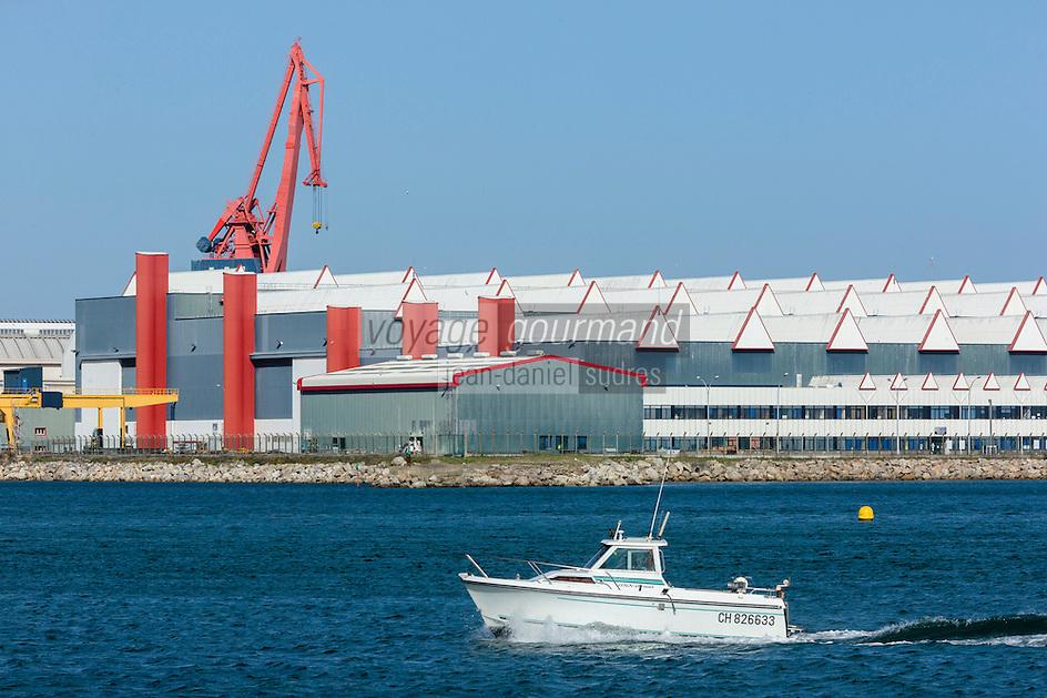 France, Manche (50), Cherbourg, le port Chantereyne et l'arsenal en arrière-plan // France, Manche, Cherbourg, port Chantereyne and the arsenal in the background